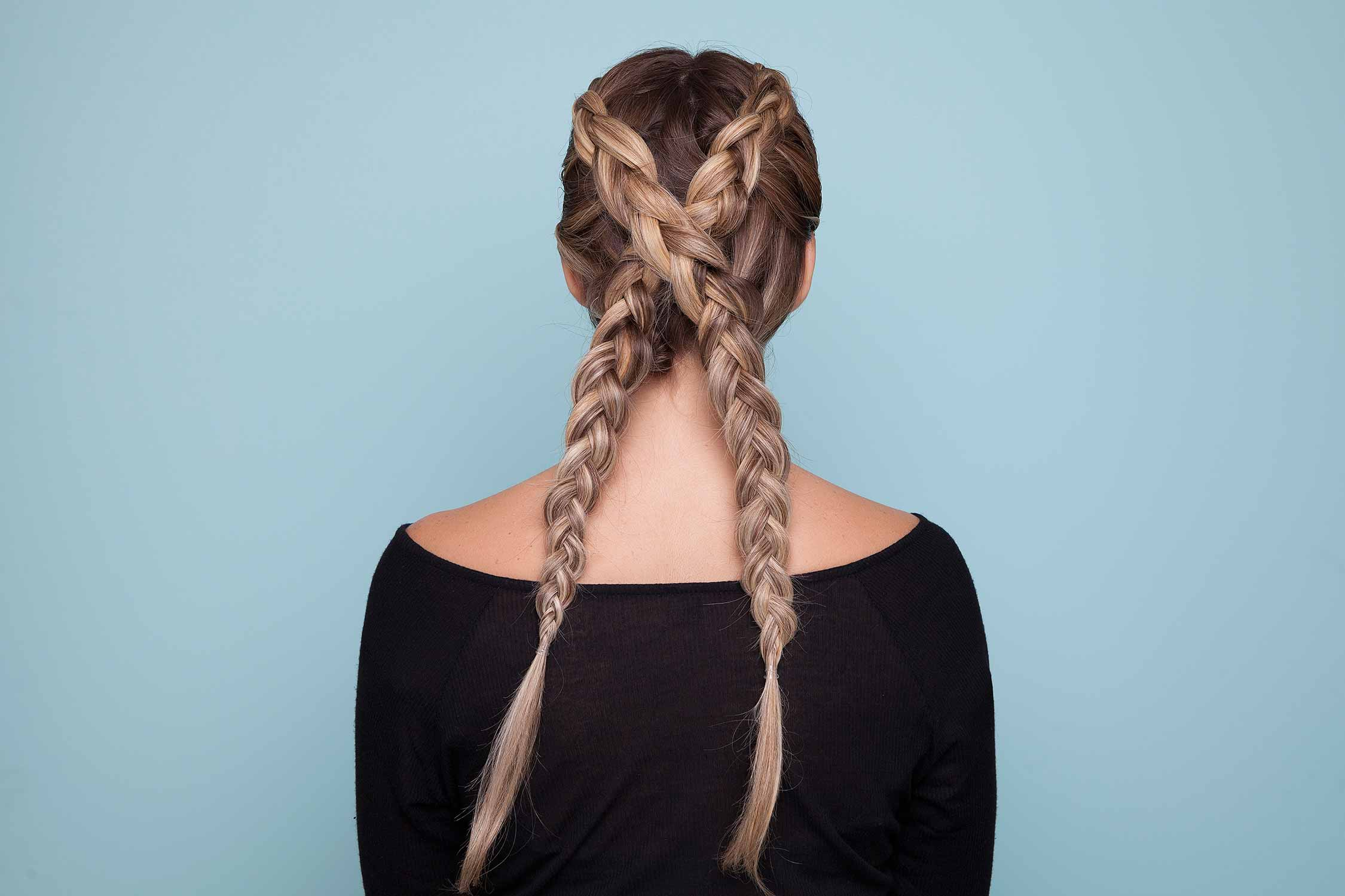 Blonde avec de longues tresses hollandaises croisées