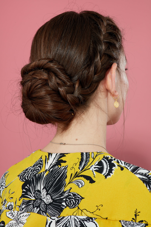 Femme aux cheveux châtains dans un updo tressé