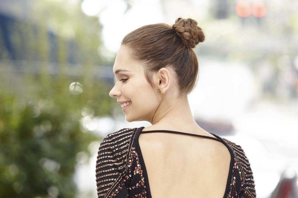 Femme brune avec un chignon tressé