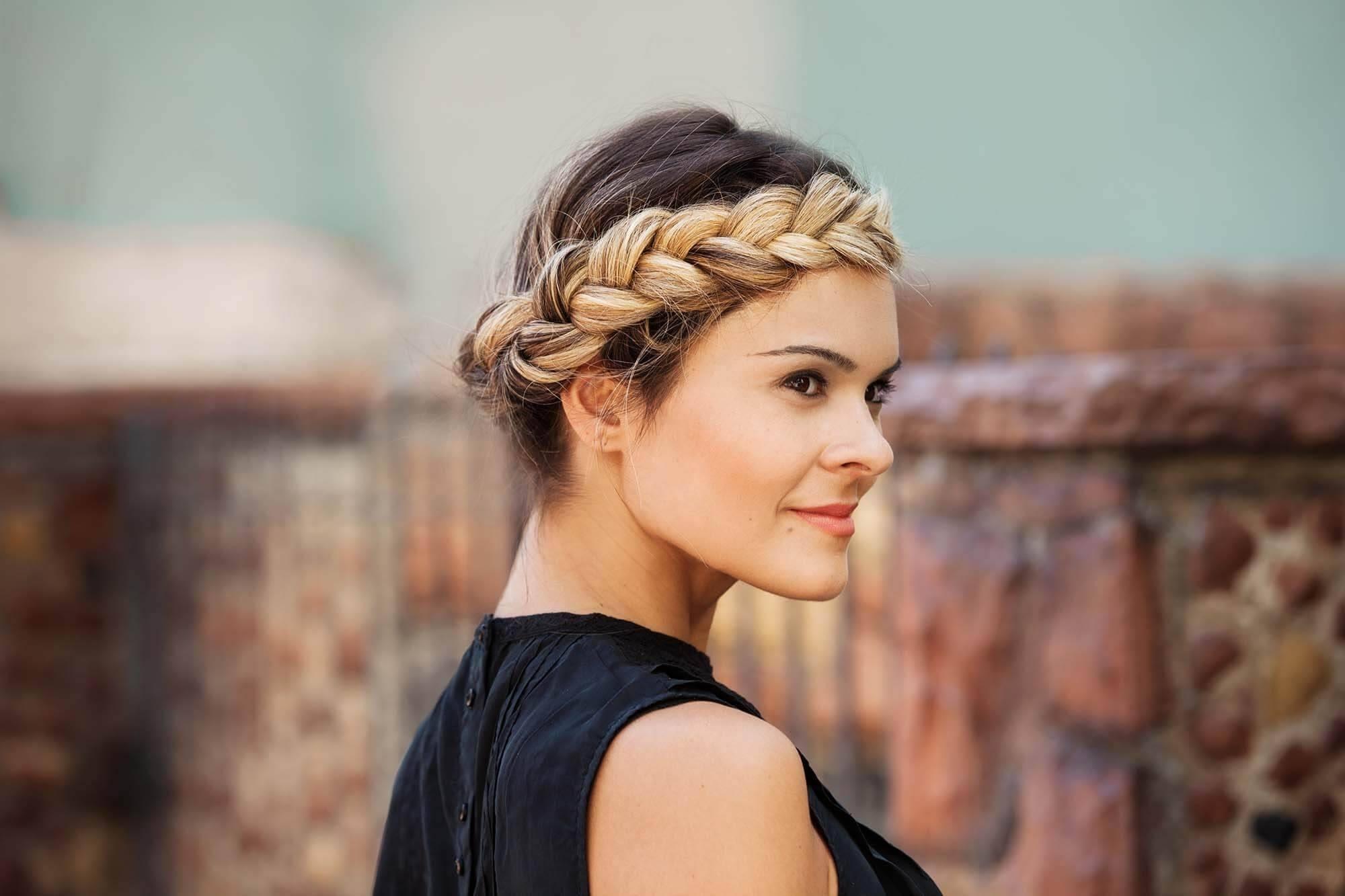 Femme avec une tresse de couronne d'ombre blonde