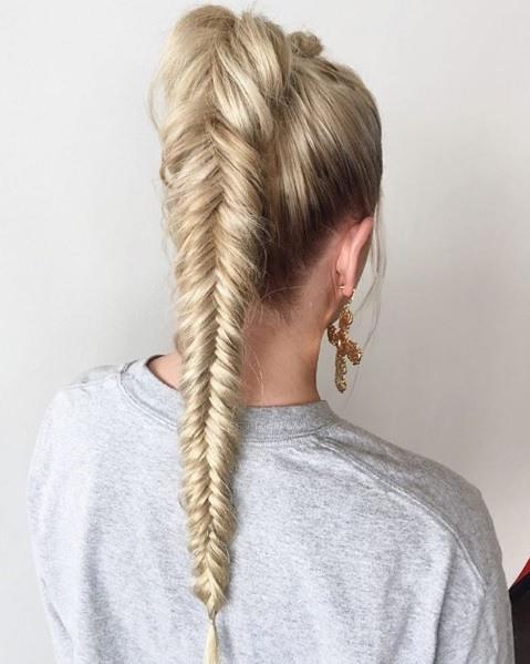 Femme blonde avec une queue de cheval tressée en queue de poisson