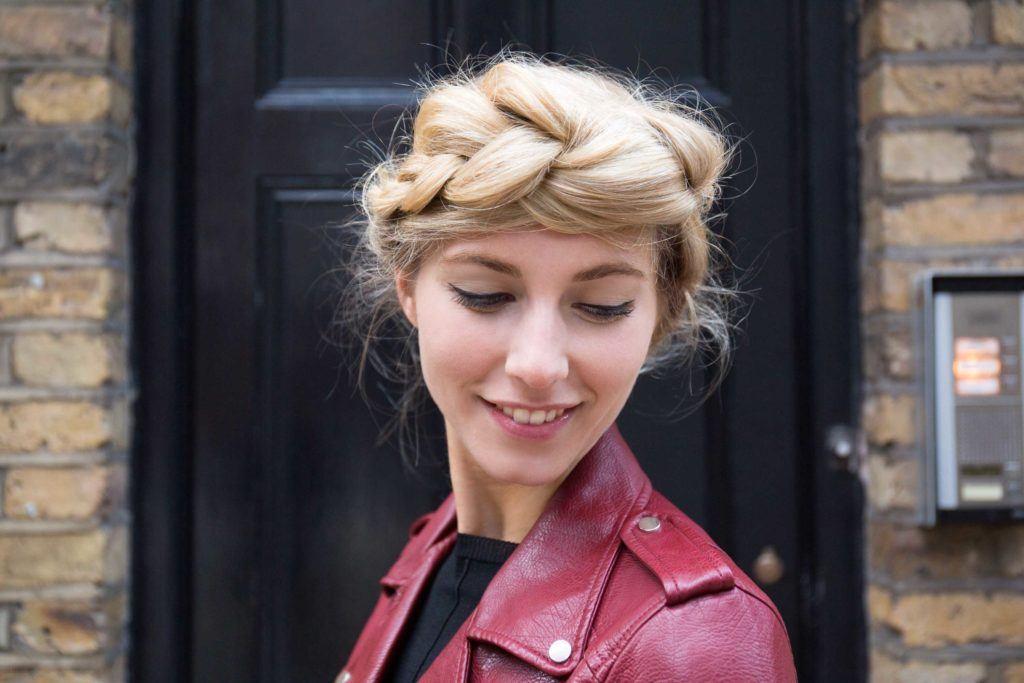 Femme blonde avec une fausse tresse auréolée