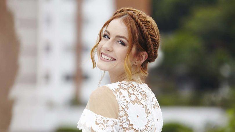 Femme aux cheveux roux avec une tresse de couronne en queue de poisson