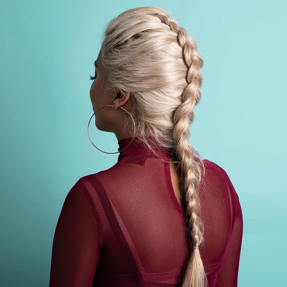 Femme aux cheveux blond platine, avec une tresse en faux faucon