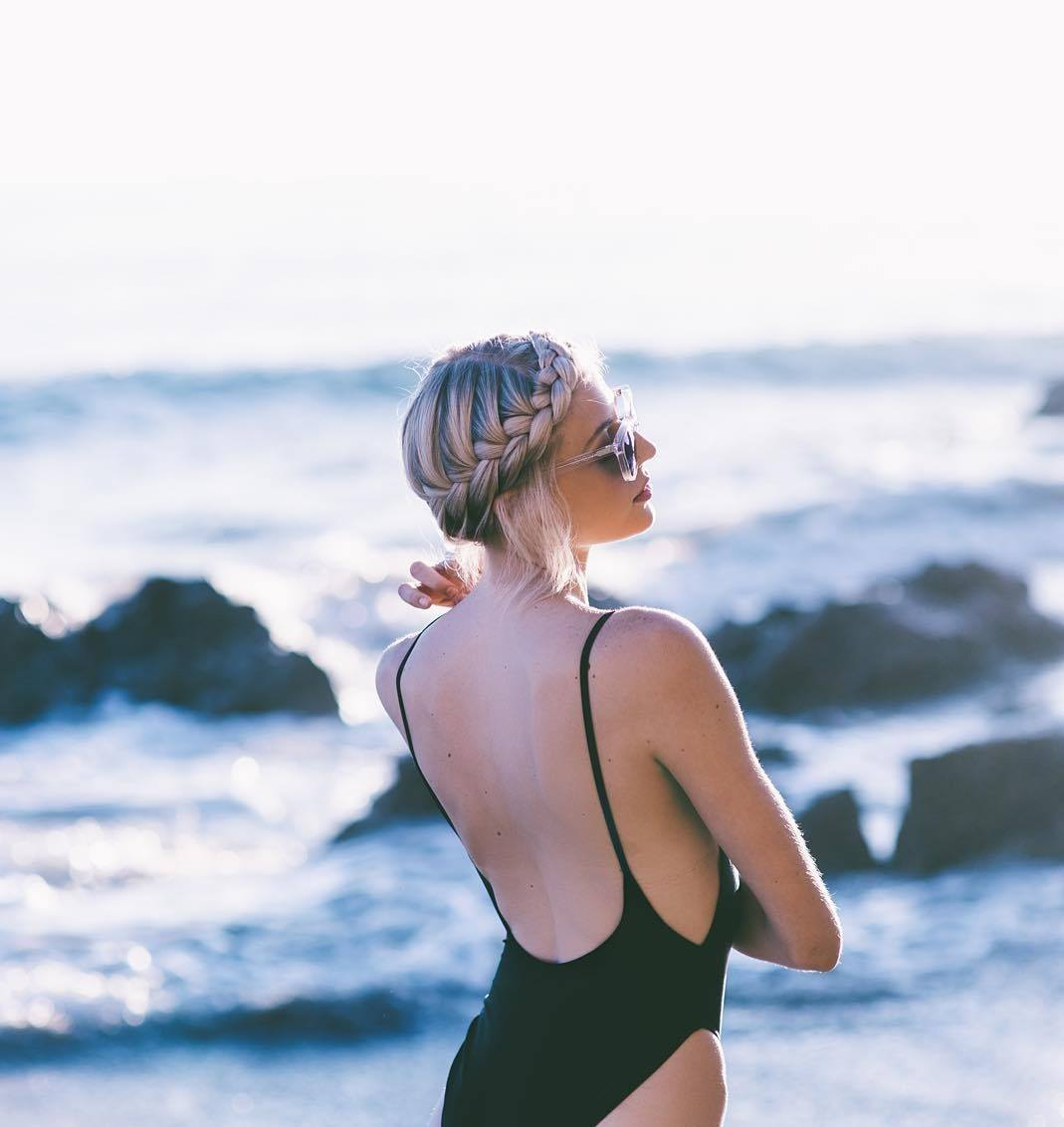 Femme aux cheveux blonds glacés en tresse de couronne