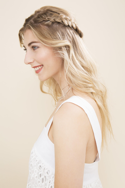 Femme blonde avec une tresse mi-haute mi-bas