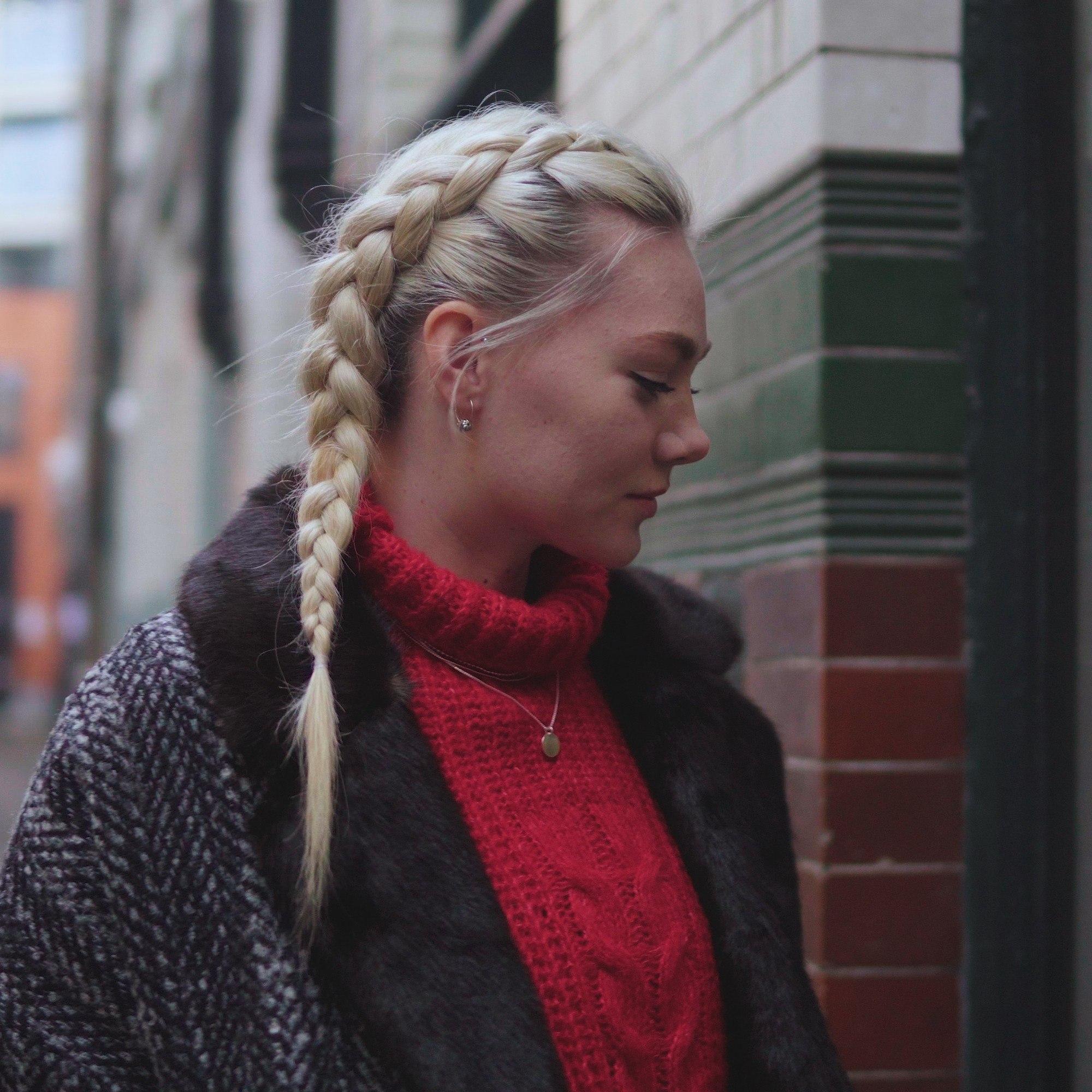 Femme blonde avec une tresse de côté