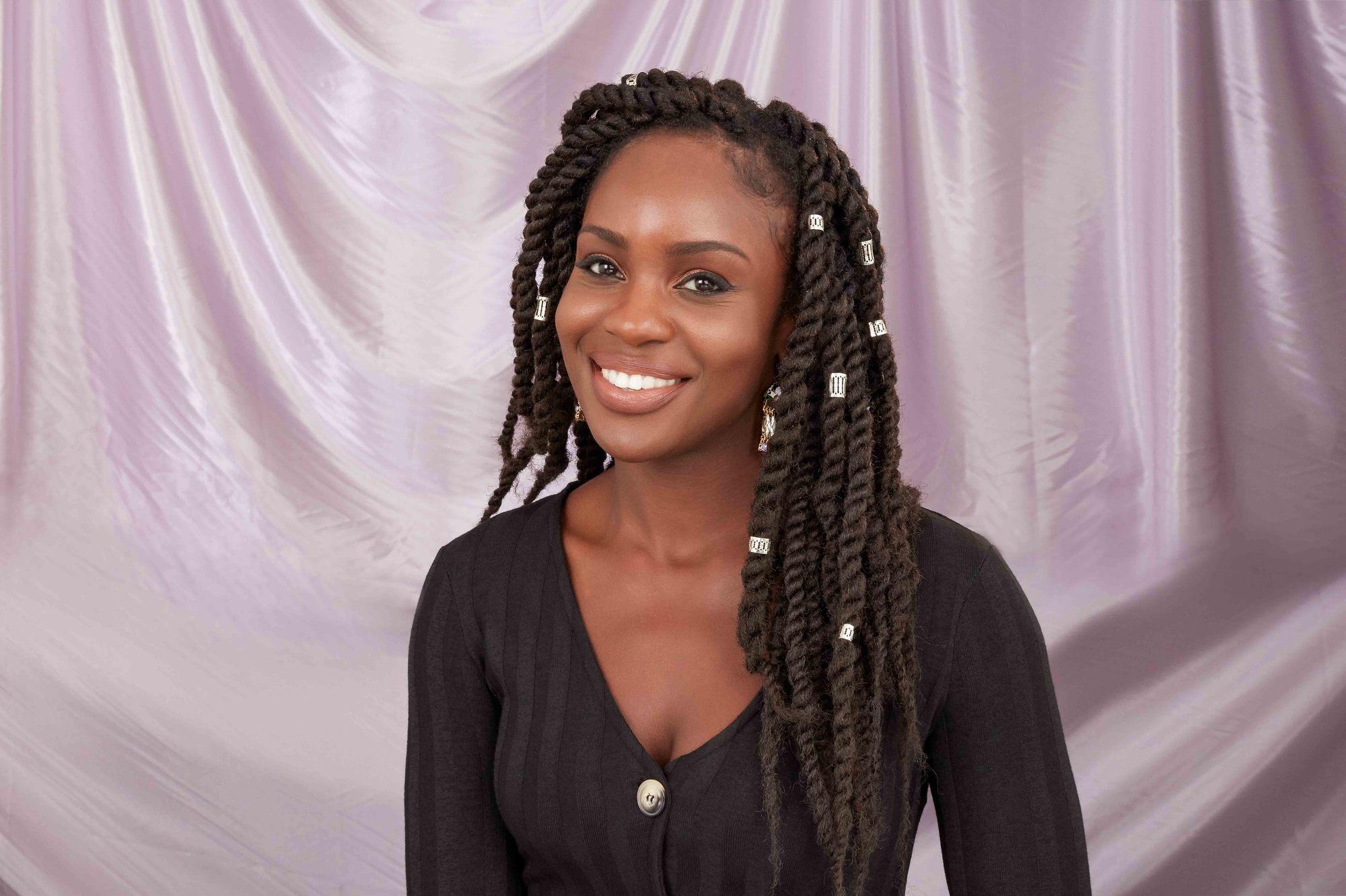 Femme aux cheveux naturels avec de longues tresses Marley couleur chocolat
