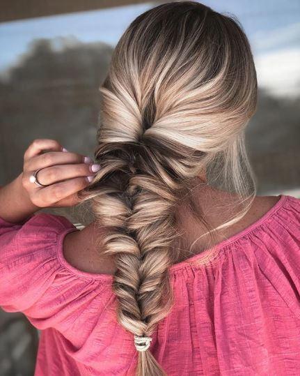 Tresse en queue de poisson sur de longs cheveux blonds