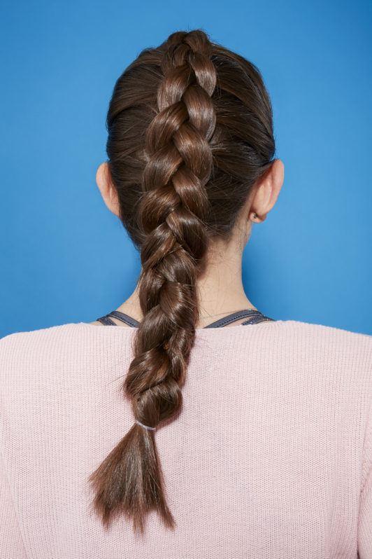 Femme brune avec une tresse française inversée