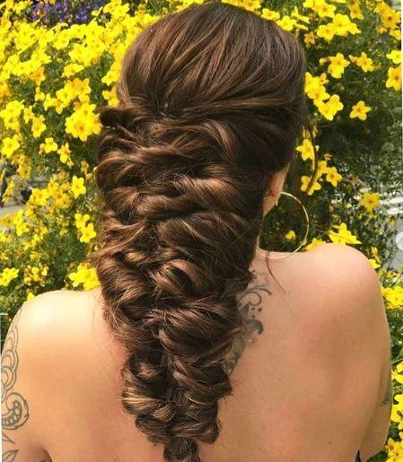 tresse de sirène sur de longs cheveux bruns