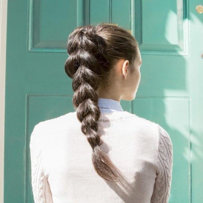 Tresse sur de longs cheveux bruns