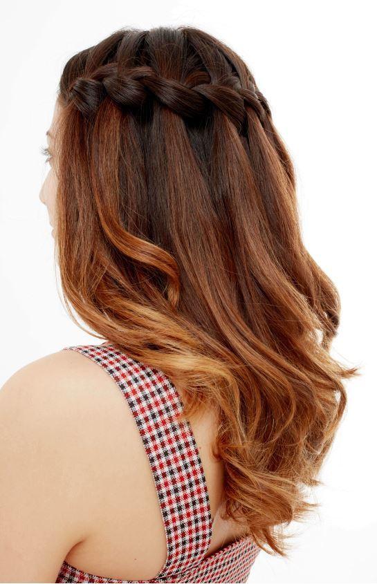 tresse en cascade sur des cheveux bruns ondulés