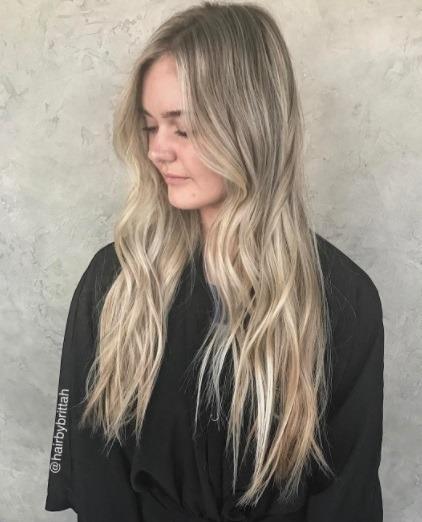 profil latéral d'une femme aux longs cheveux blonds dorés en ombre
