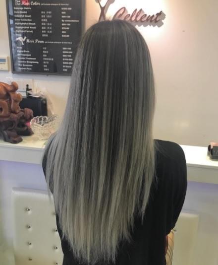 plan de dos d'une femme aux longs cheveux raides d'ombre charbonneuse