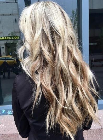 vue de dos d'une femme aux cheveux blonds inversés d'ombre