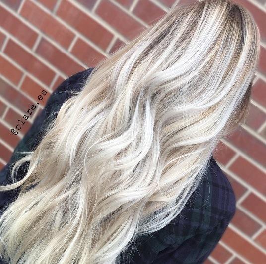 vue de dos d'une femme aux longs cheveux blancs d'ombre blonde