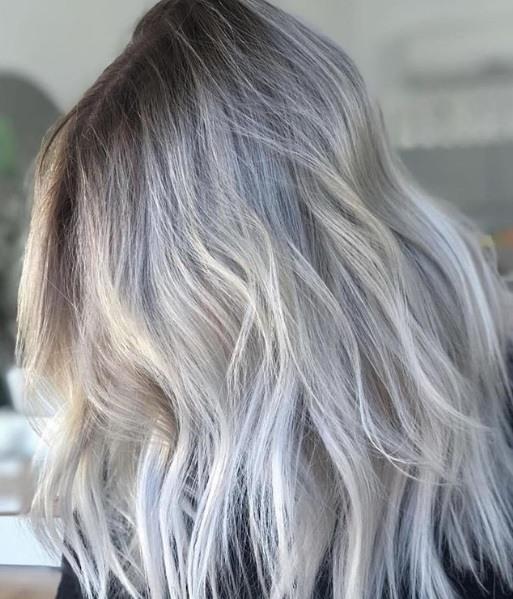 Blond cendré ombre : Gros plan sur une photo de cheveux blond glacé
