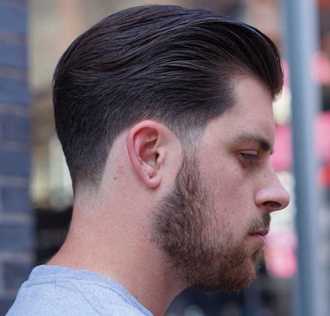 vue de côté de cheveux bruns balayés vers l'arrière avec une finition conique