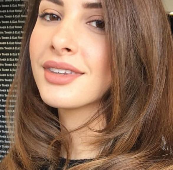 femme aux cheveux châtain clair, souriante