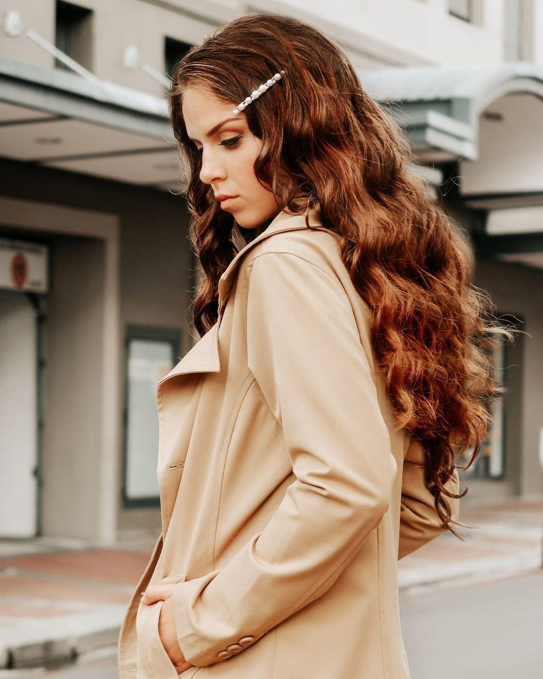 Femme aux longs cheveux châtain bouclés