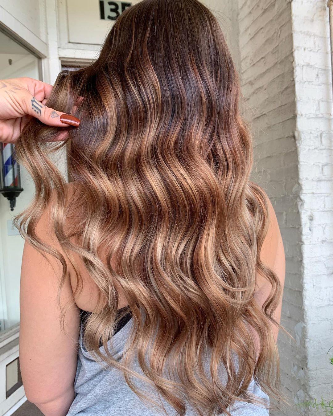 Femme aux longs cheveux châtains dorés