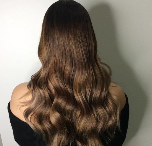 femme aux cheveux châtains en chocolat au salon
