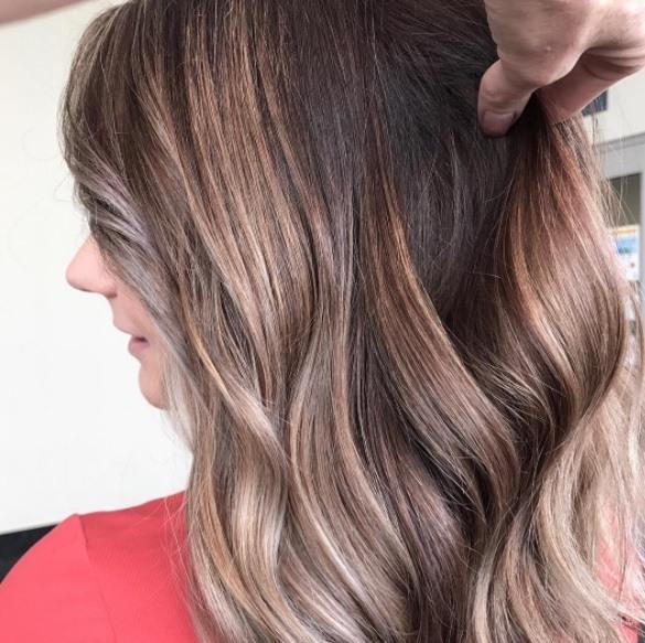 femme aux cheveux châtains avec des bouts de blonde