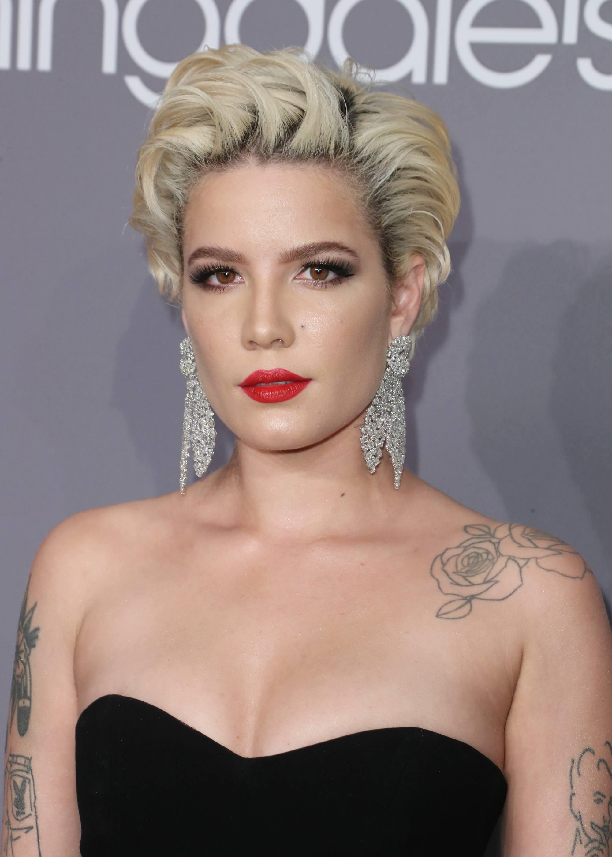 Cheveux courts vintage : Gros plan de Halsey avec des cheveux blonds courts platine coiffés en boucles lâches à la Marilyn Monroe