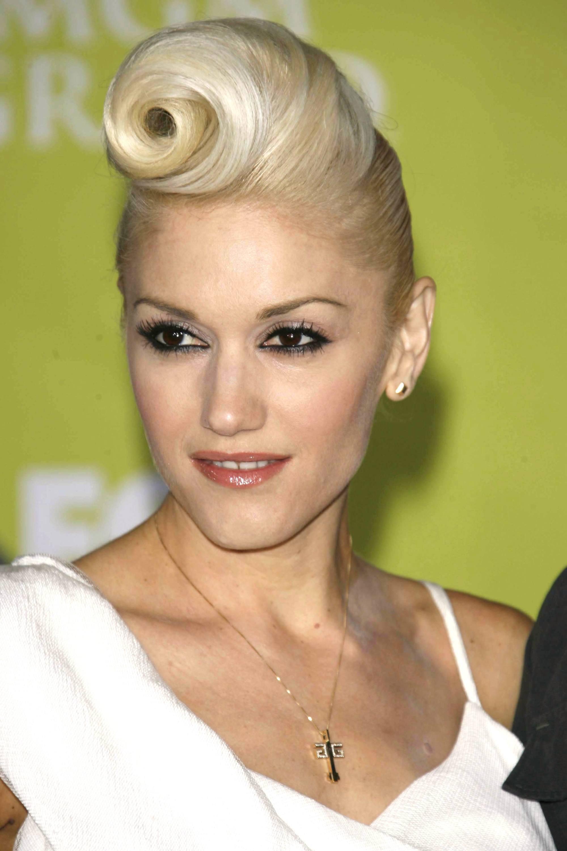 Cheveux courts vintage : Gros plan de Gwen Stefani avec une victoire en tresse enroulée sur le tapis rouge