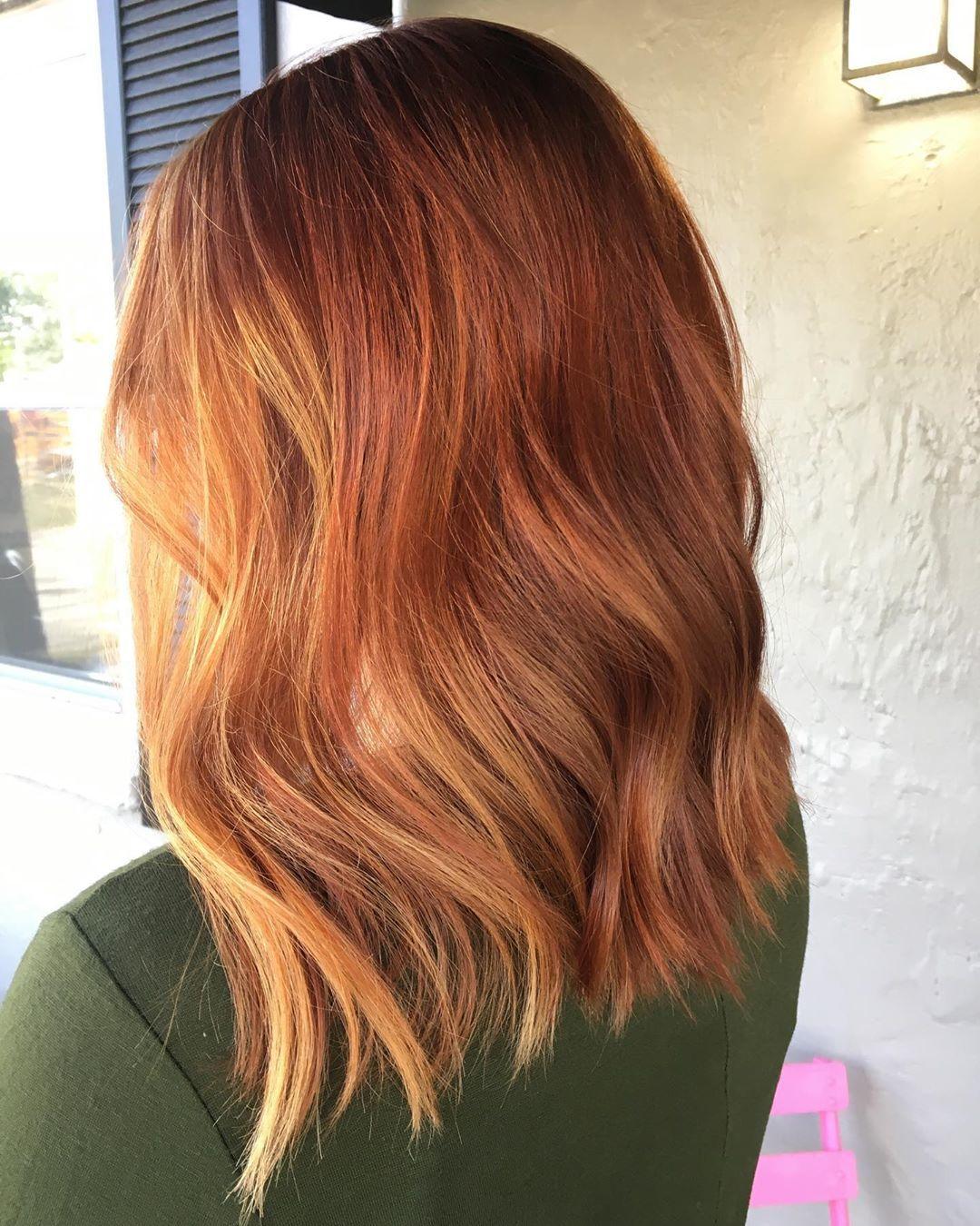 Femme aux cheveux longs et ondulés au gingembre
