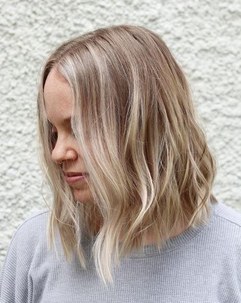 Femme avec un bob blond clair de balayage