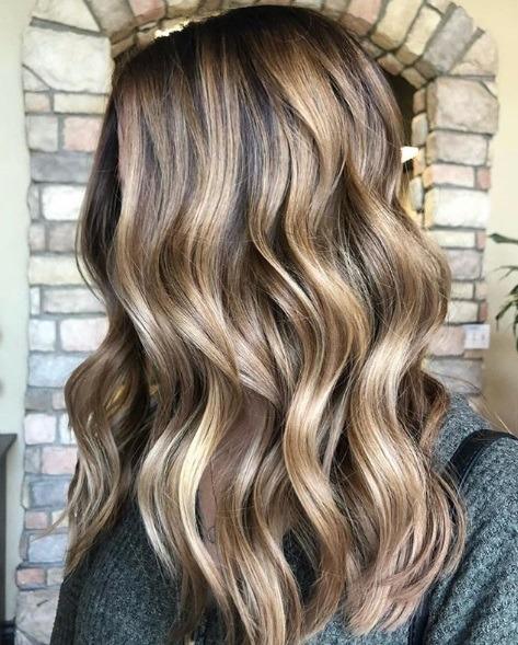 Femme avec des cheveux de balayage moyennement bruns