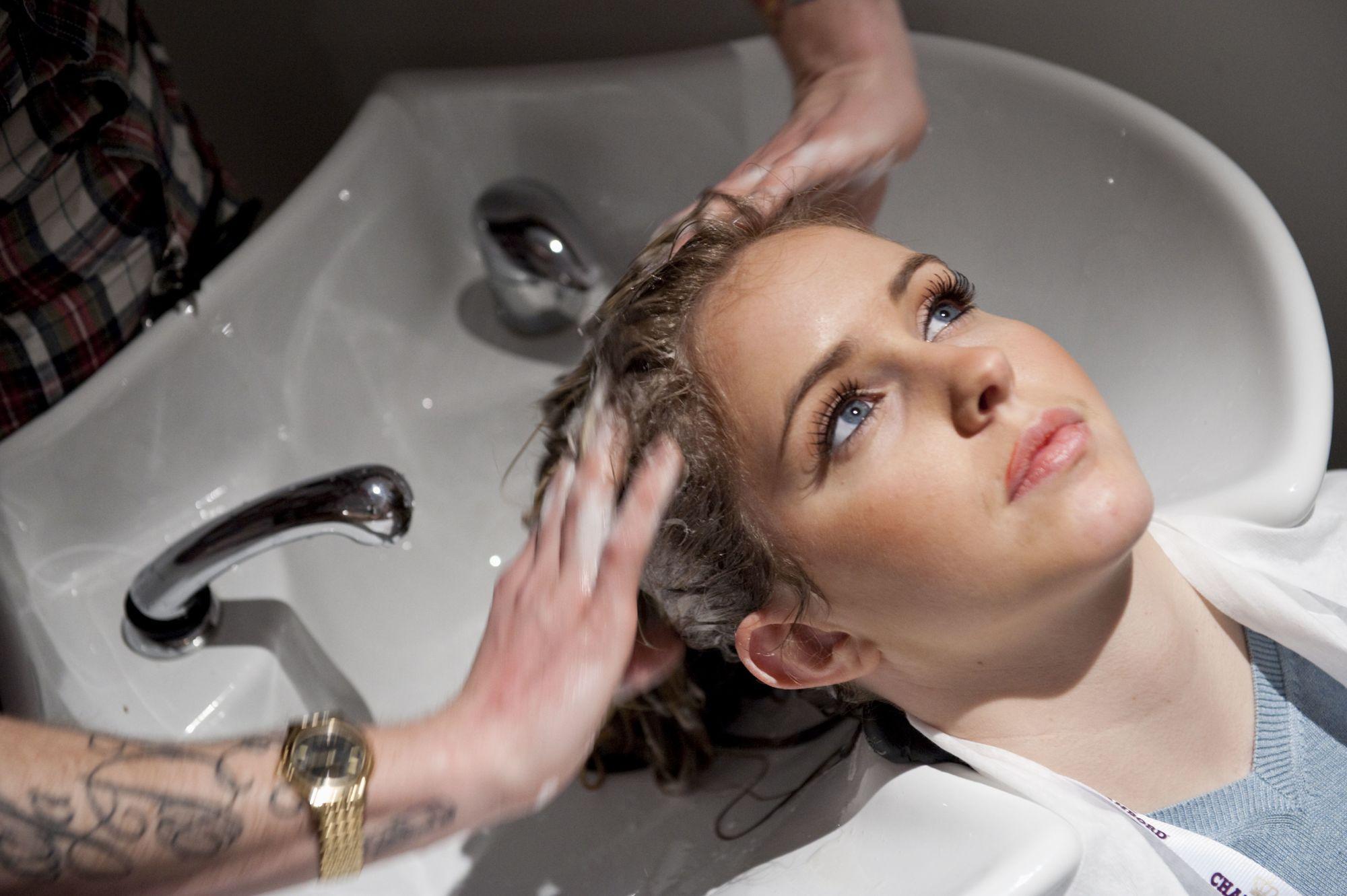 Femme se faisant laver les cheveux chez le coiffeur