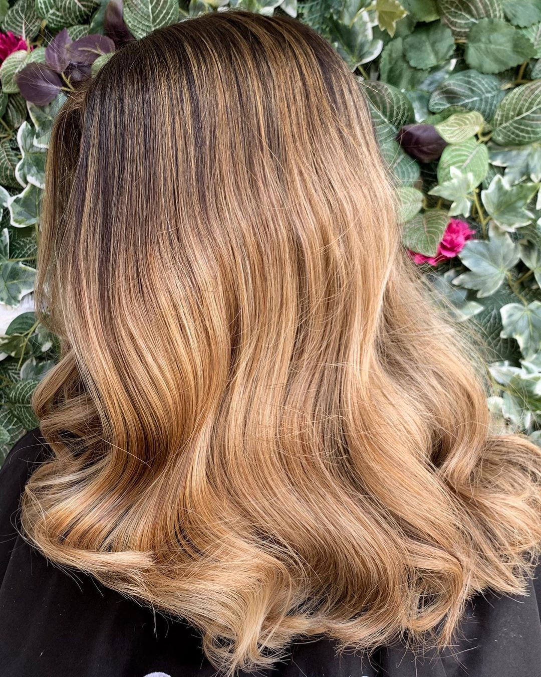 Femme aux cheveux mi-longs de couleur miel, balayant des vagues glamour