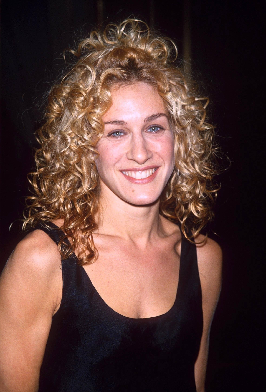 Sarah Jessica Parker avec de grosses boucles blondes dans les années 90
