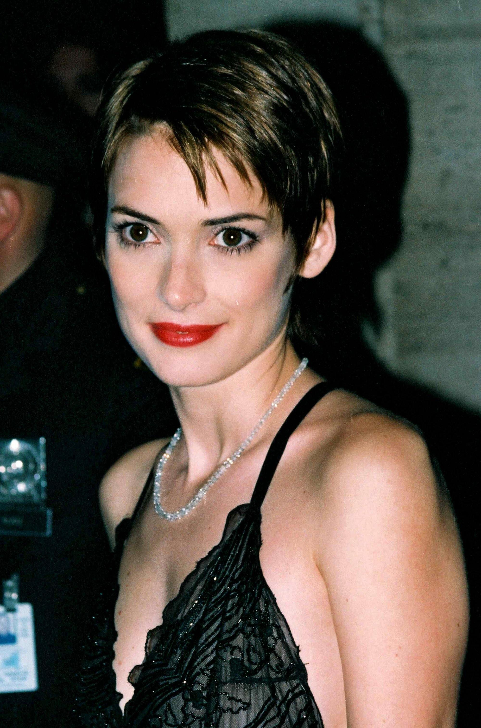 Winona Ryder dans les années 90 avec une courte coupe de lutin