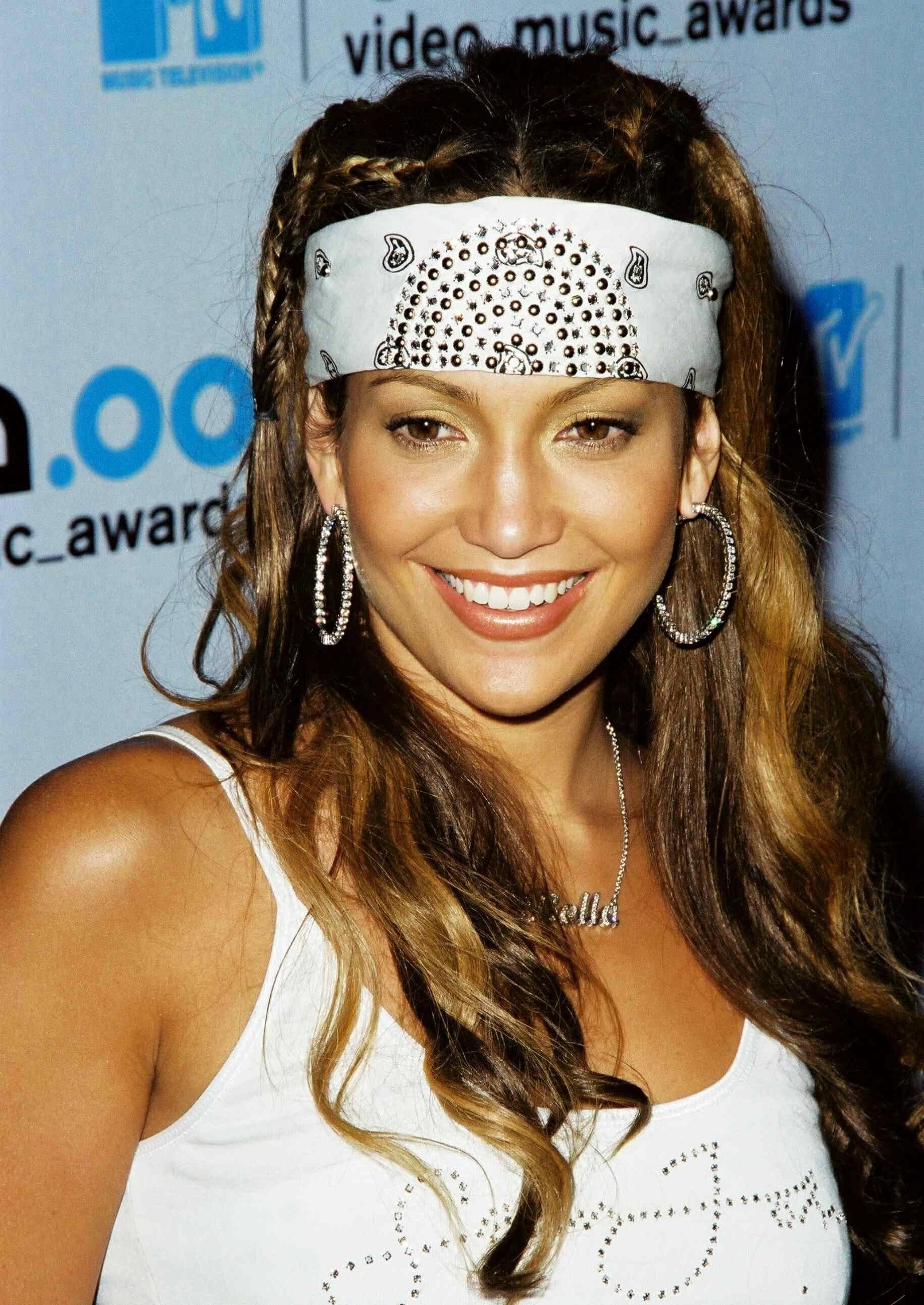 Jennifer Lopez avec une coiffure de bandana en joaillerie au début des années 2000