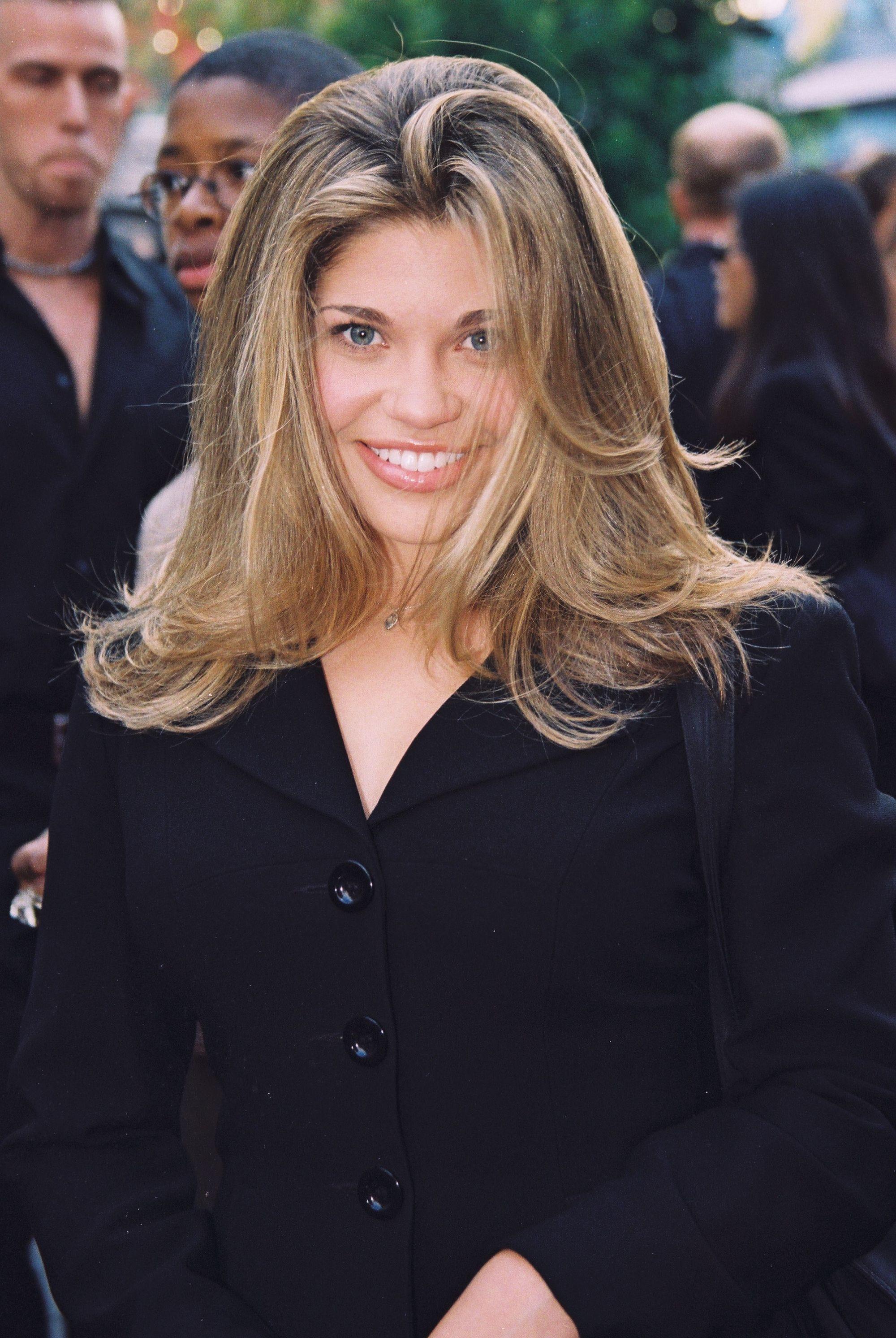 Danielle Fishel avec de longs cheveux blonds superposés sur le tapis rouge