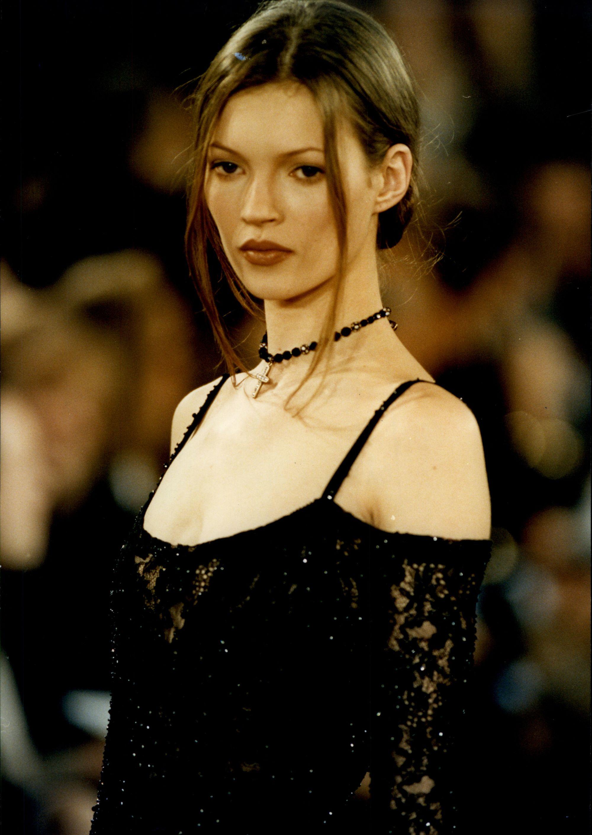 Kate Moss dans les années 90 avec un petit pain bas et élégant
