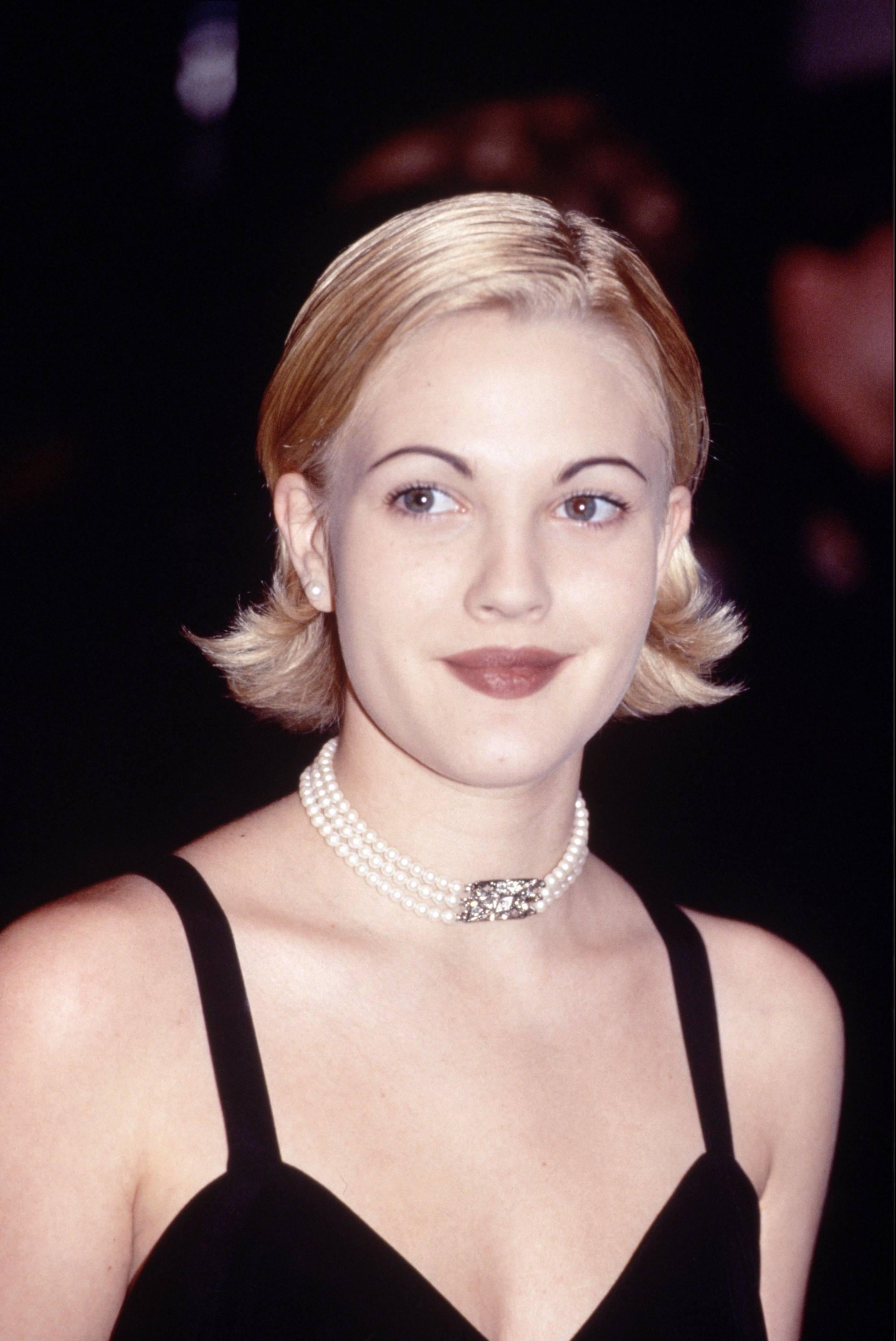 Drew Barrymore avec un bob blond platine retourné dans les années 90