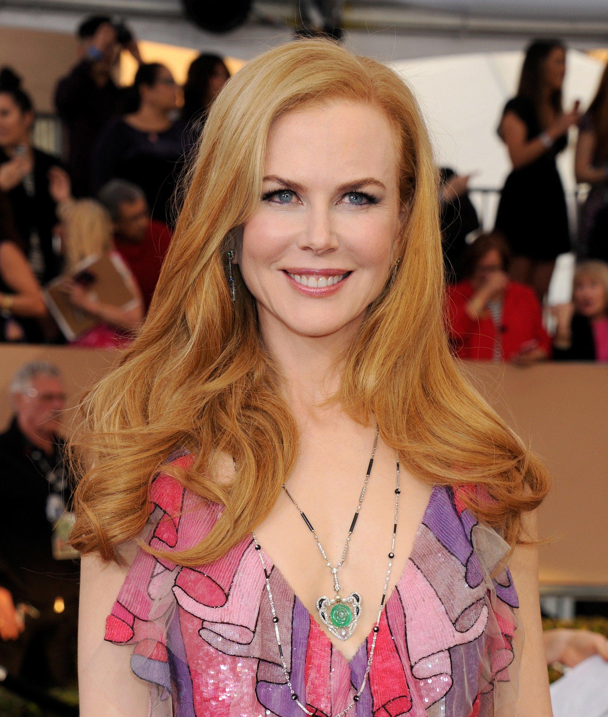 Nicole Kidman avec des cheveux longs blonds fraise et des boucles