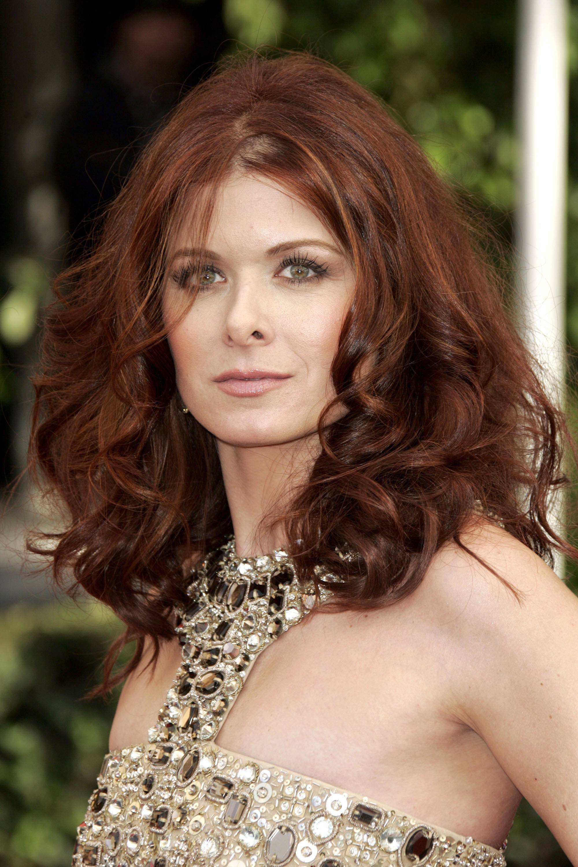 Debra Messing avec ses cheveux bouclés rouge foncé