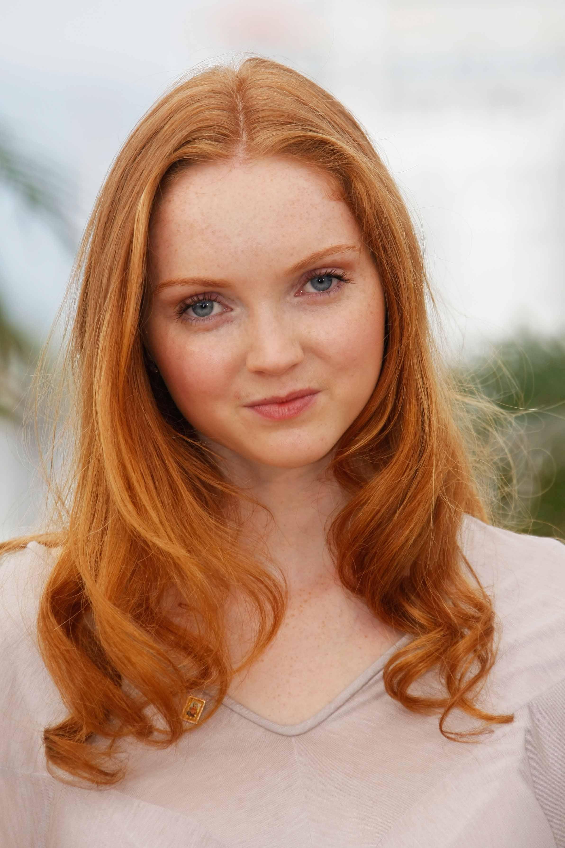 Les rousses célèbres : Lily Cole avec de longs cheveux roux naturels et des boucles tombantes.