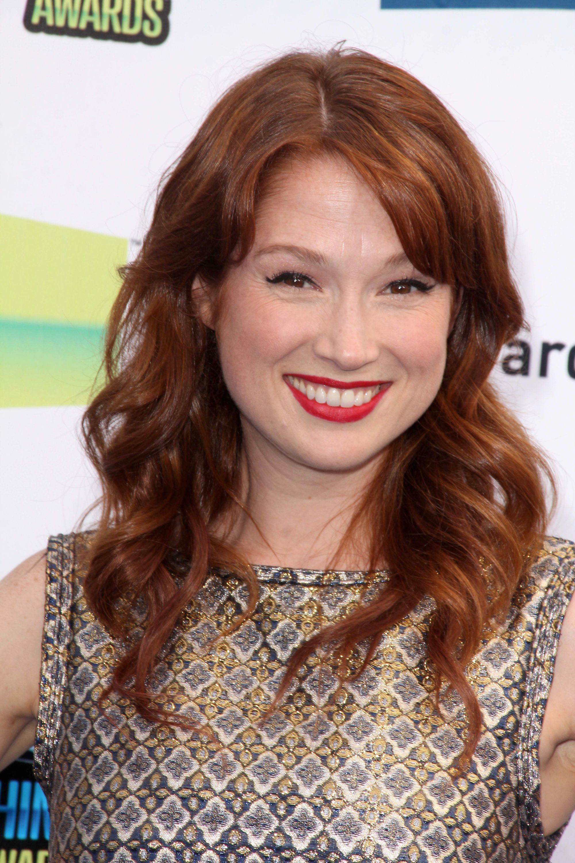 Ellie Kemper avec des cheveux roux bouclés avec une frange latérale