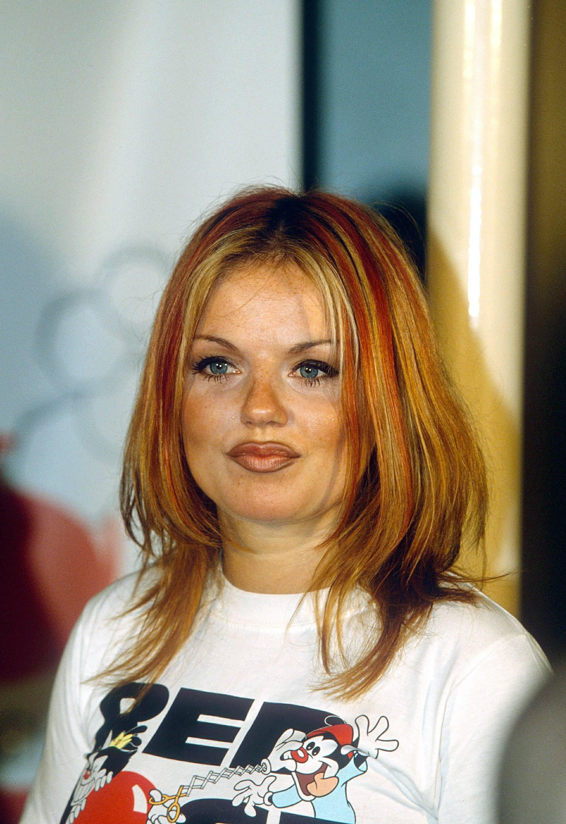 Les rousses célèbres : Geri Halliwell avec des cheveux droits, mi-longs et lisses, à reflets blonds, portant un t-shirt blanc.