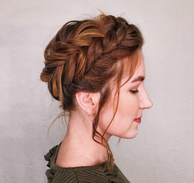 Cheveux bruns roux : Gros plan d'une femme aux cheveux brun foncé et aux reflets roux gingembre, coiffée en une tresse de laitière