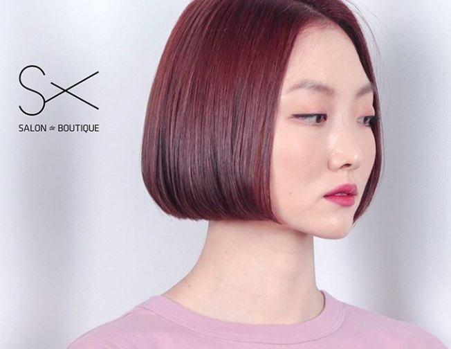 Cheveux bruns roux : Plan de face d'une femme aux cheveux bruns et roux raides, à la longueur du menton.