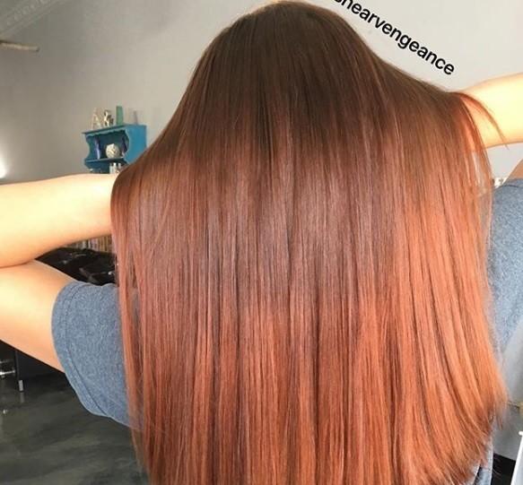 Cheveux bruns roux : Plan arrière d'une femme aux longs cheveux châtain chocolat, avec des reflets roux