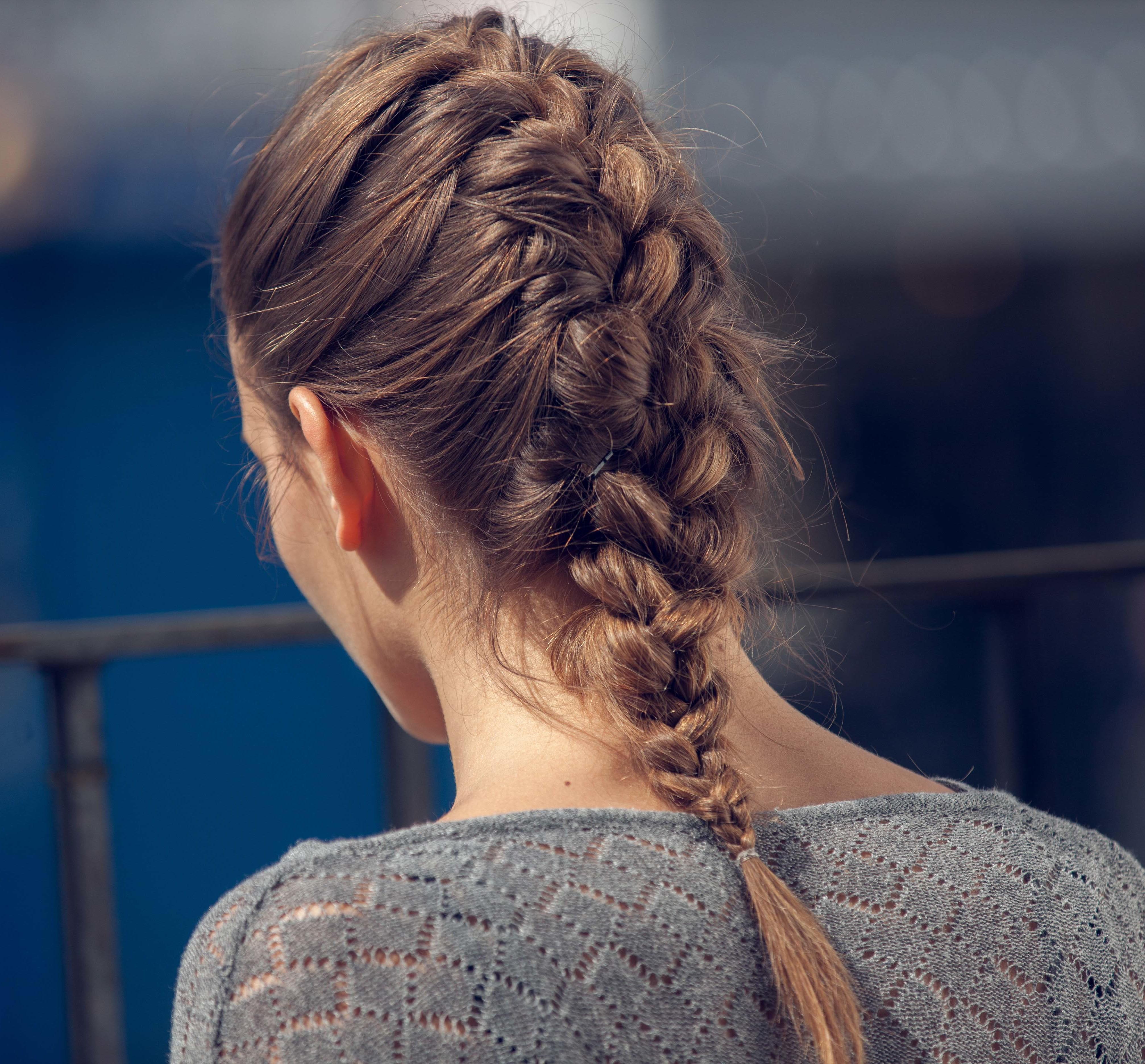 coiffure-pour-épaules-français-brunette
